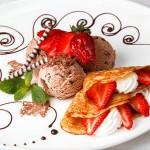 Crepe de Fresas con Nata y Helado de Chocolate