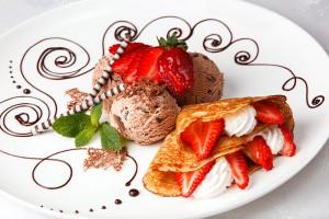 Crepe-de-Fresas-con-Nata-y-Helado-de-Chocolate